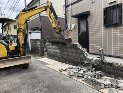 切り離して重機で倒します|岐阜市のブロック塀撤去工事