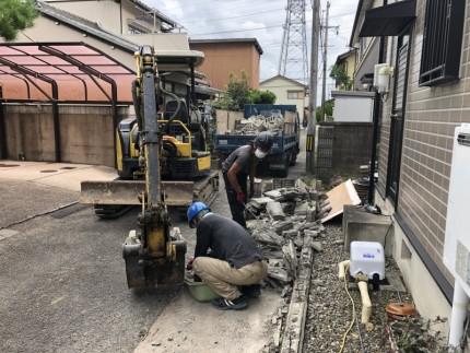 重機による積み込み作業|岐阜市のブロック塀撤去工事