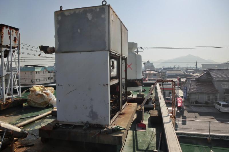 マンション屋上の冷却塔を撤去