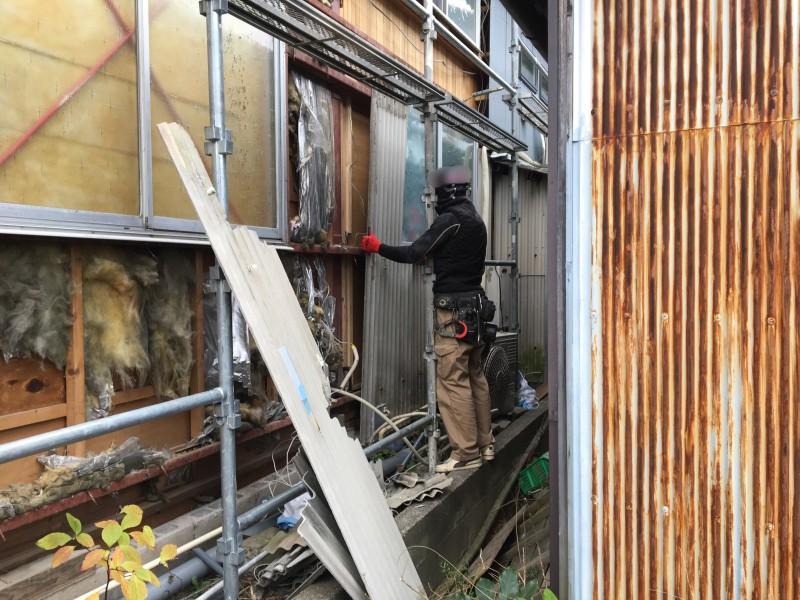 小牧市スレート壁の撤去中
