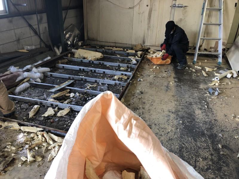 名古屋市守山区 業務用冷蔵庫の解体 解体中