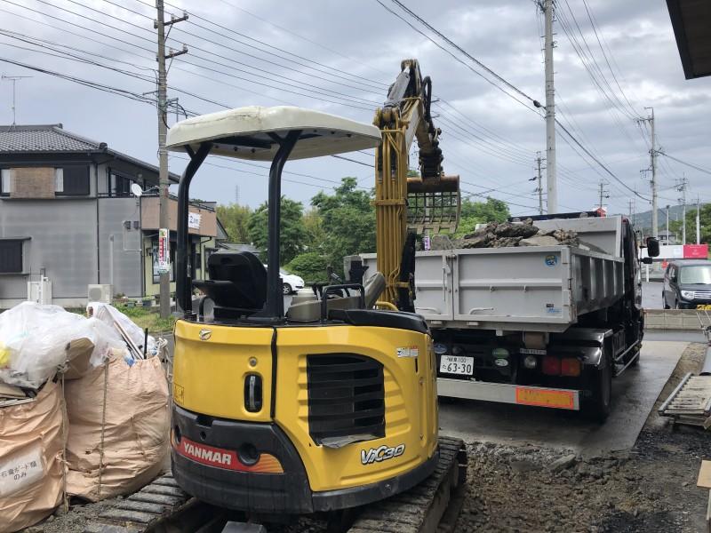 ガレキ積み込み中|土岐市の駐車場コンクリートはつり工事