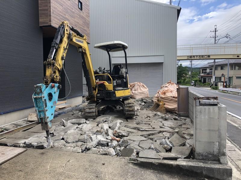 重機によるはつり|土岐市の駐車場コンクリートはつり工事