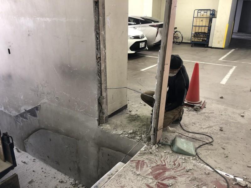 鉄製ドア回りは支柱が土間に埋まってます|名古屋市中村区のブロック壁の解体