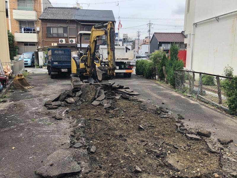 重機でアスファルトを剥がしていきます|名古屋市東区のアスファルト舗装撤去