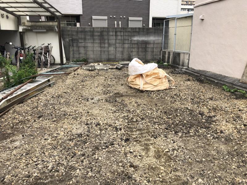 細かい残りは手で拾います|名古屋市東区のアスファルト舗装撤去
