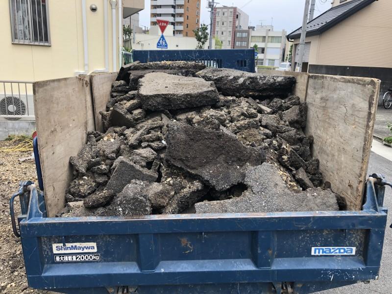 ガレキをダンプに積み込みます|名古屋市東区のアスファルト舗装撤去