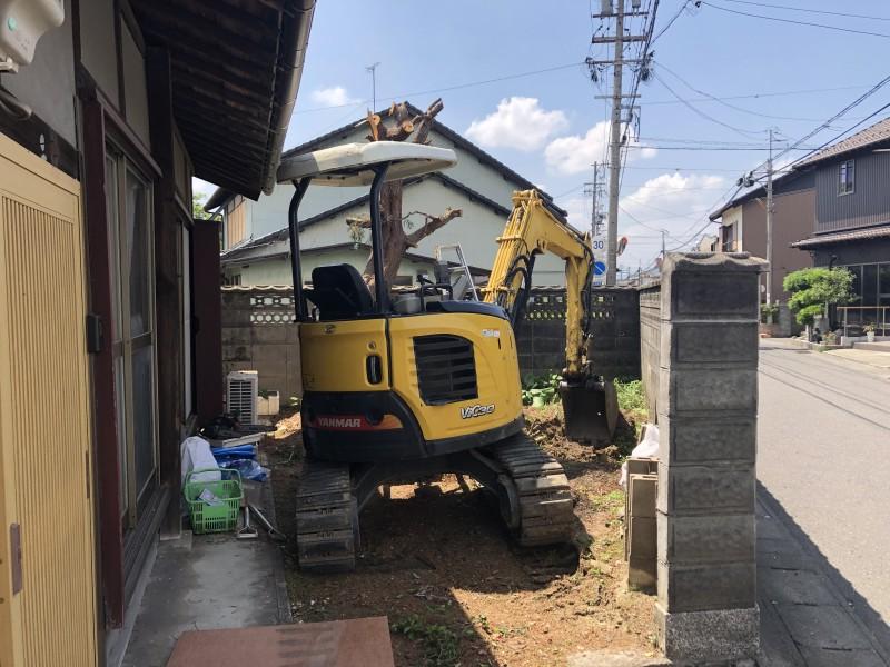 重機と併用で、太い幹を切り倒します|岐阜市の庭木伐採