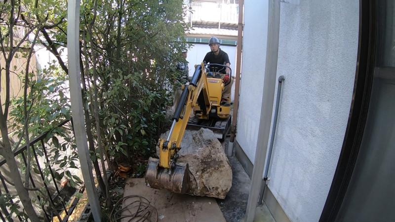 庭石を引っ張り出す|名古屋市北区の庭石の撤去