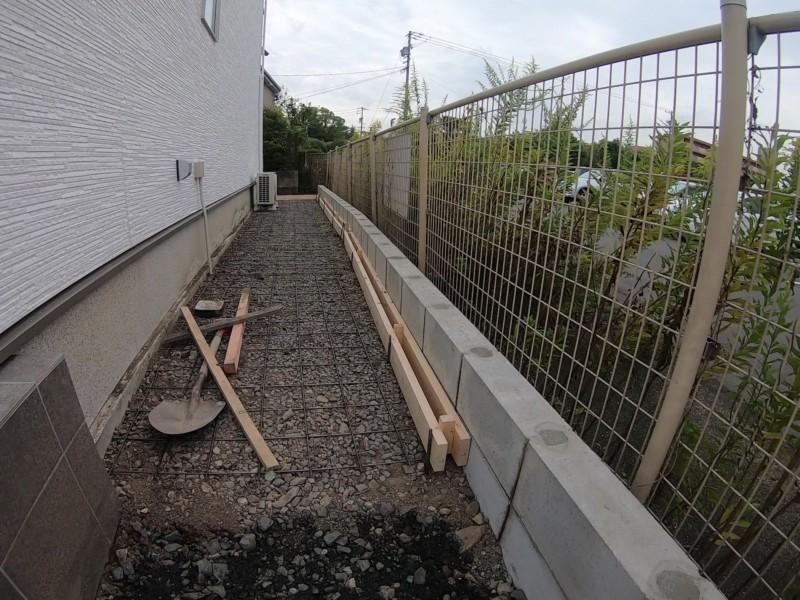 隣地との境界にブロックを積む
